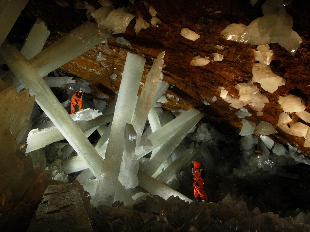 ภาพนักสำรวจและช่างภาพกำลังจัดแสงไฟในถ้ำคริสตัล ประเทศเม็กซิโก  (Photo by Oscar Necoechea / Speleoresearch & Film)