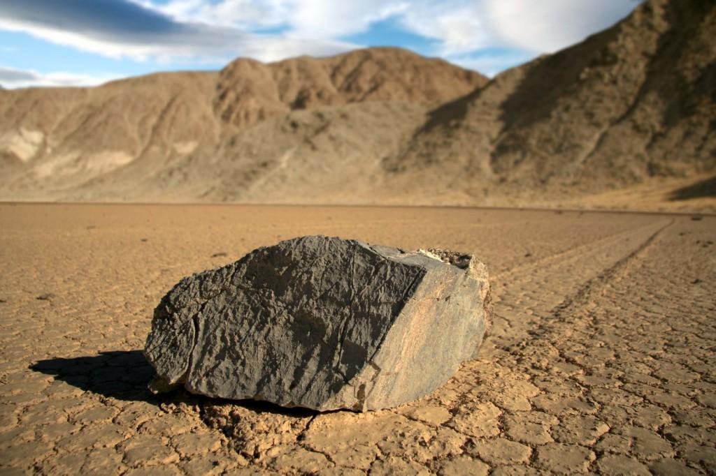 ก้อนหินที่แสดงการเคลื่อนที่จากด้านหลัง (Photo credit Pirate Scott)