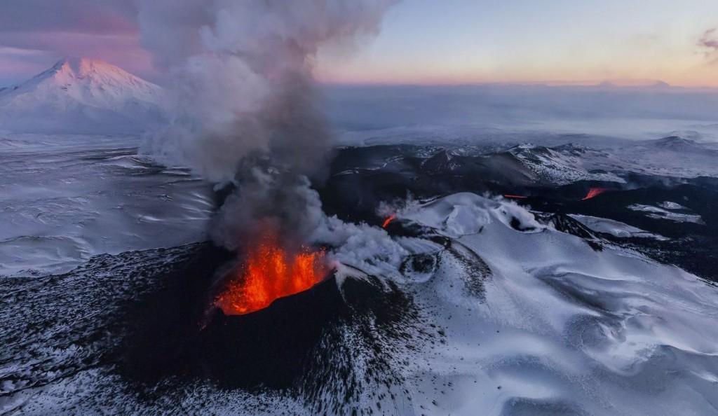 ลาวาปะทุจากรอยแตกของเปลือกโลก ในเขตคาบสมุทร Kamchatka ด้านตะวันออกของ ประเทศรัสเซีย (Image credit: airpano.com)