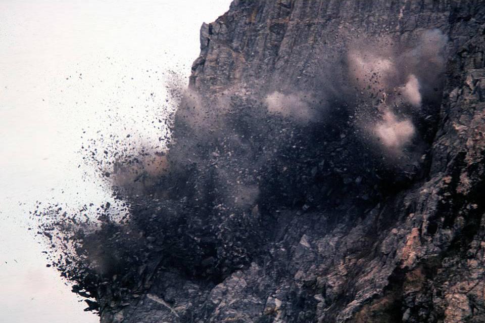 ภาพการระเบิดหน้าผาหินปูน