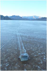 ก้อนหินติดตั้งอุปกรณ์ GPS บนพื้นที่เต็มไปด้วยนำ้แข็ง Image by Mike Hartmann. doi:10.1371/journal.pone.0105948.g004