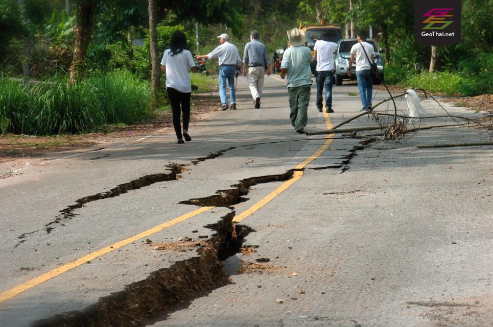 นักธรณีวิทยาจากภาควิชาธรณีวิทยา มหาวิทยาล้ยเชียงใหม่ สำรวจรอยแตกบนถนน จากเหตุการณ์แผ่นดินไหว ณ บ้านใหม่จัดสรร ต.ดงมะดะ อ.แม่ลาว จ.เชียงราย บริเวณหลักกิโลเมตรที่ 152 บนทางหลวงหมายเลข 118