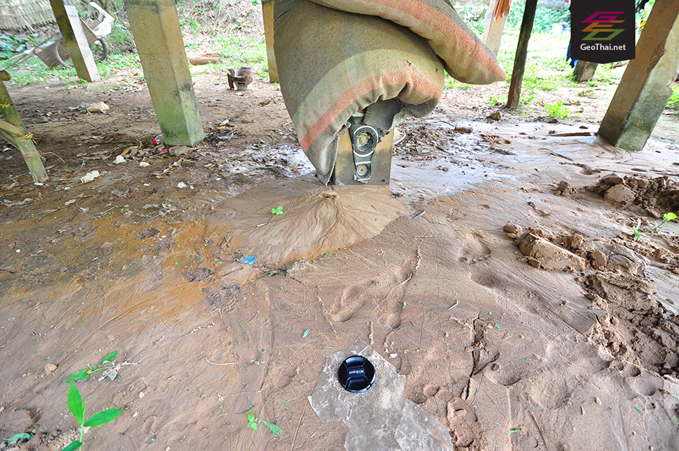 ภาพทรายผุดใต้พื้นบ้าน ที่เกิดขึ้นระหว่างการเกิดแผ่นดินไหว ในพื้นที่ต.ธารทอง อ.พาน จ.เชียงราย